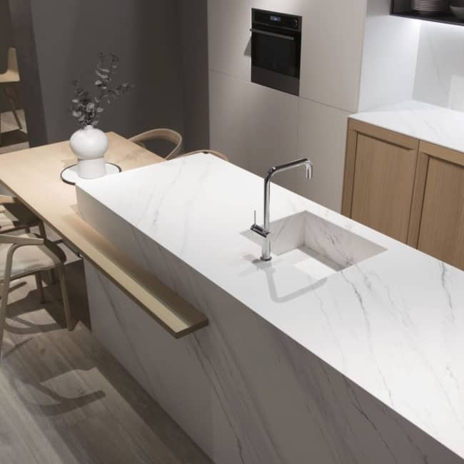 Cozinha moderna com bancada de porcelanato marmorizado