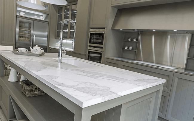 Cozinha moderna com bancada de porcelanato
