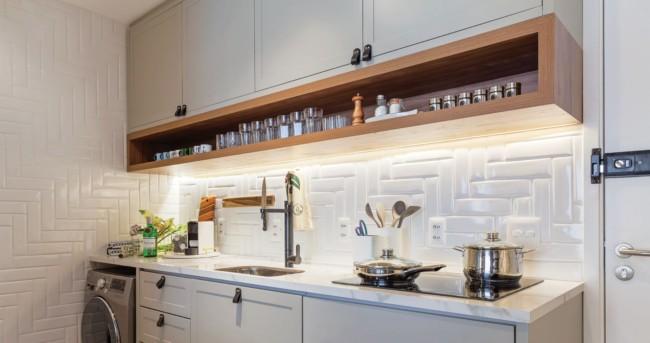 Cozinha pequena com bancada de porcelanato