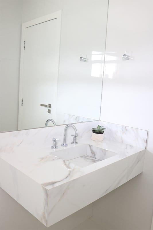 Decor clean no banheiro com pia de porcelanato marmorizado