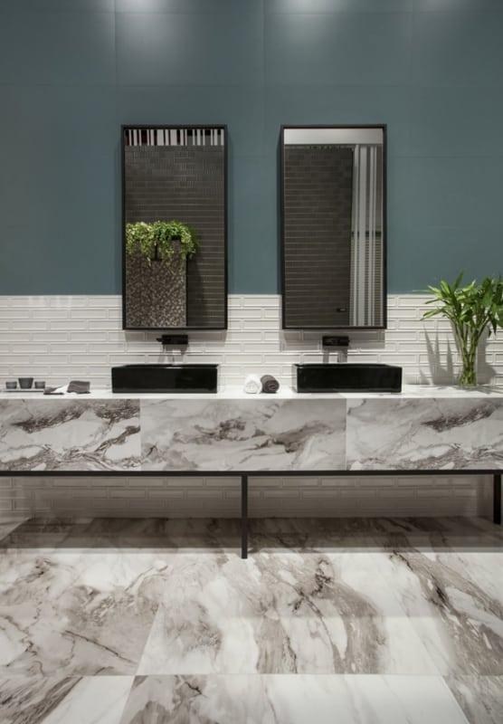 Dica de banheiro moderno com porcelanato na bancada bem como no piso