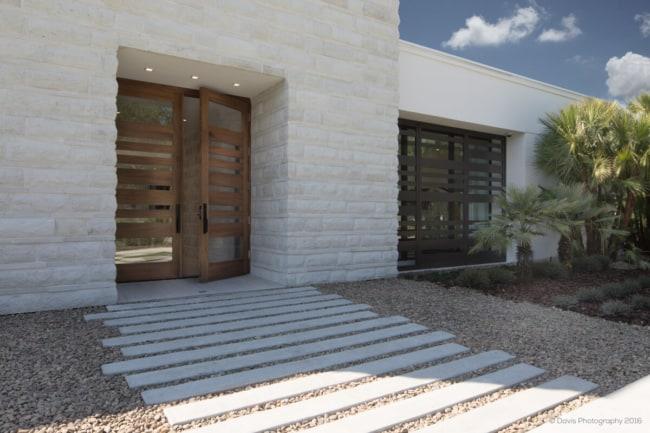 Entrada de casa com decoração de pedras