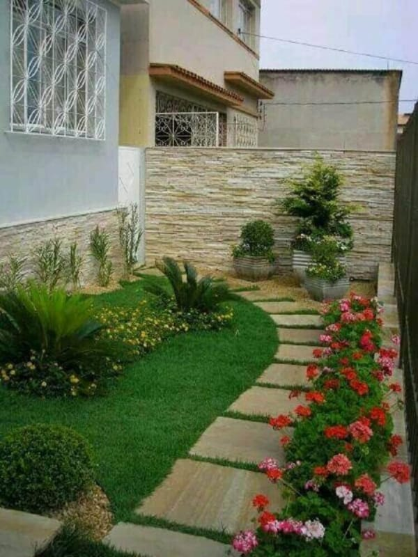 Entrada de casa com jardim