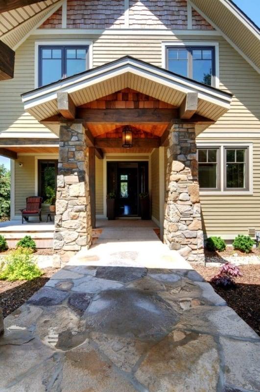 Entrada de casa com pedras naturais