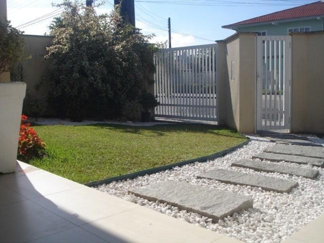 Entrada de casa com pedras