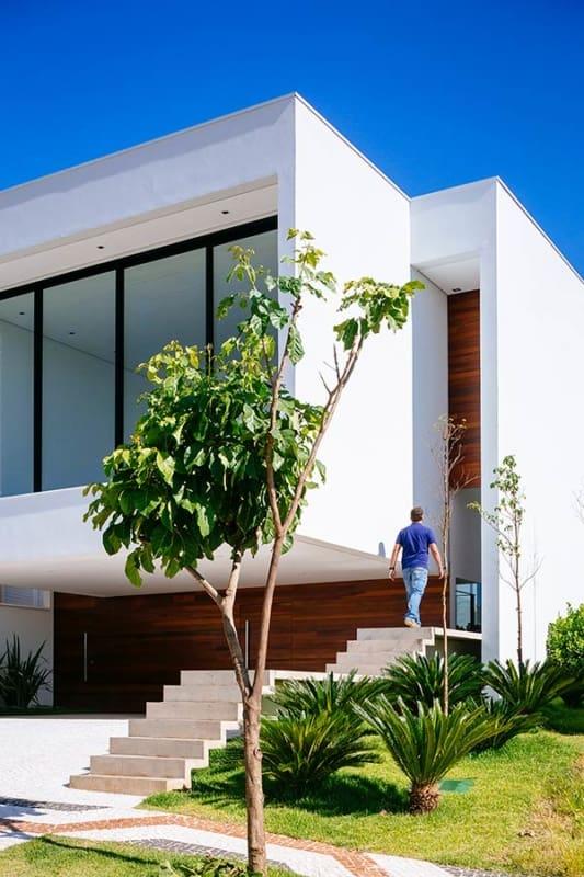 Entrada de casa moderna com escada