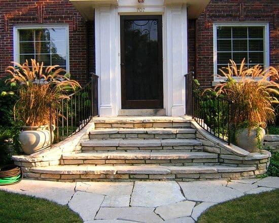 Escada de pedras para entrada de casa
