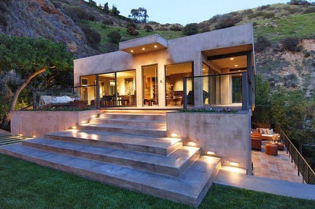 Escada iluminada para entrada de casa moderna