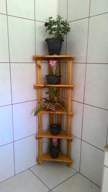 Floreira de canto de madeira