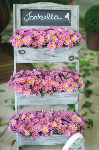 Floreira de madeira com flores do campo