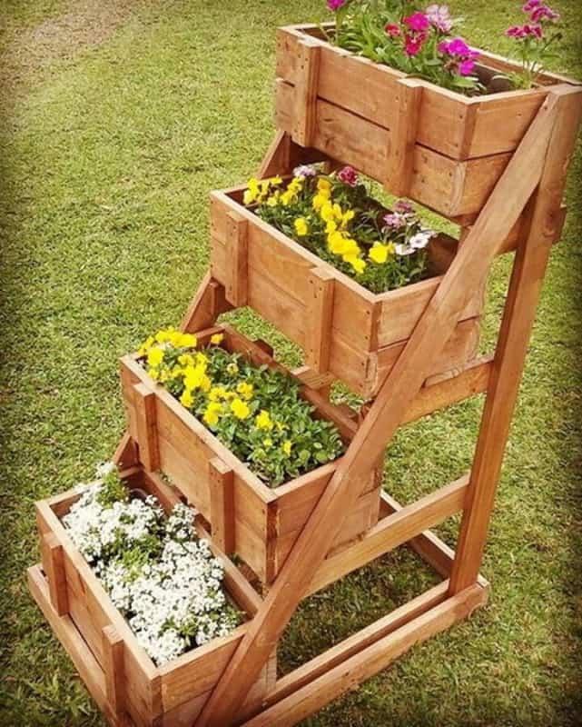 Floreira de madeira tipo escada