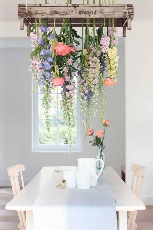 Flores suspensas na decoração da sala de jantar