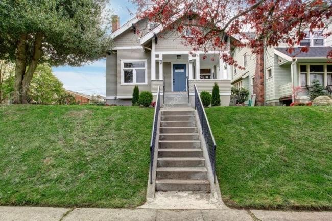 Frente de casa com escada e corrimão