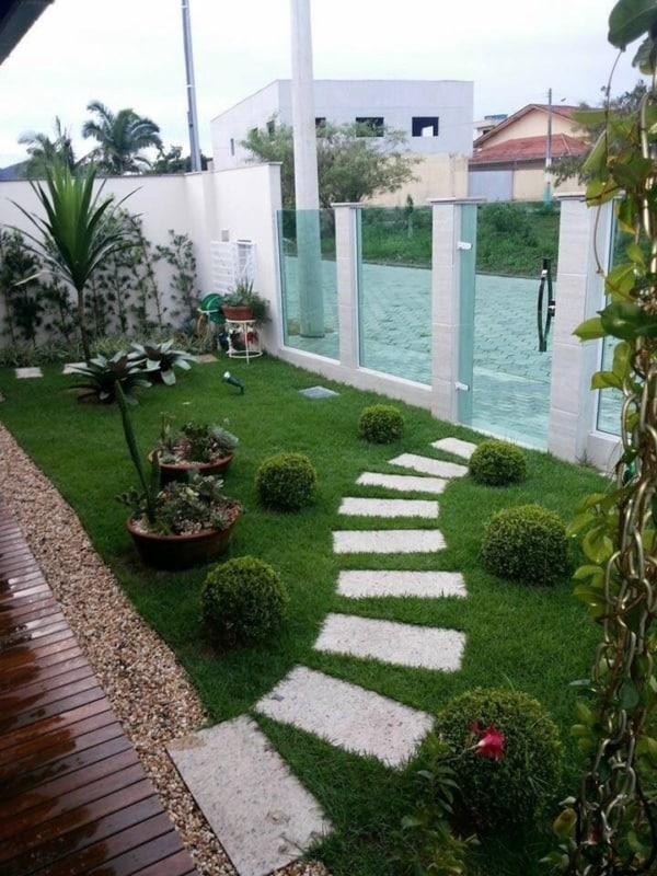 Frente de casa com jardim