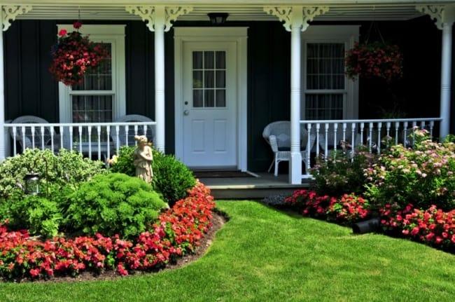 Grama e flores em entrada de casa