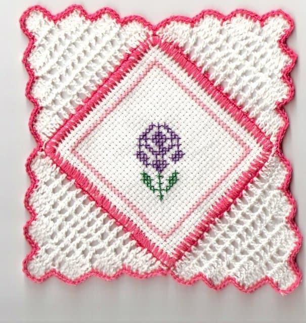 Guardanapo de crochê rosa e branco