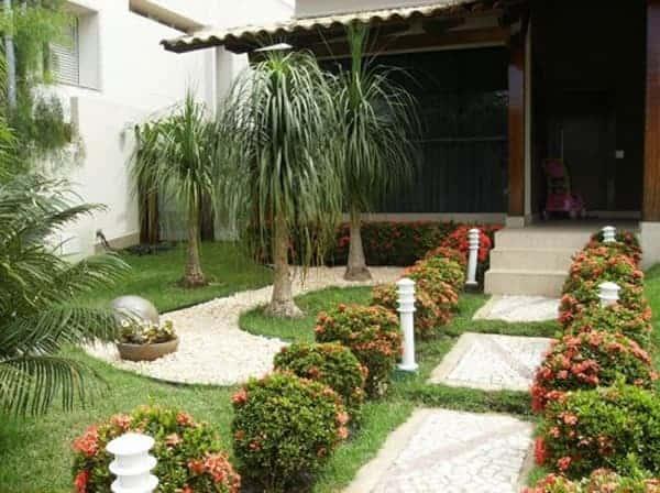 Jardim ornamental em entrada de casa