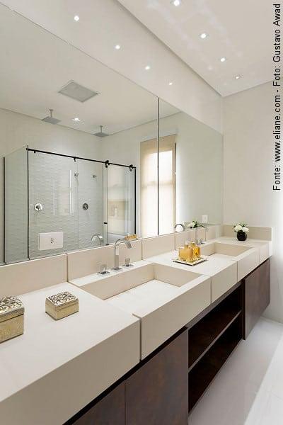 Modelo de banheiro moderno com bancada de porcelanato