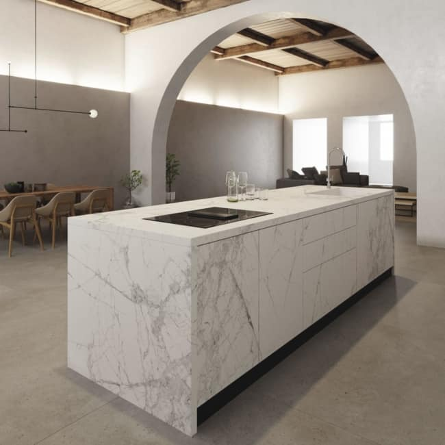 Panorama de cozinha com ilha revestida de porcelanato
