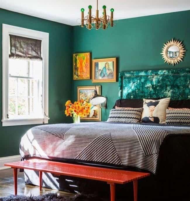 Parede verde escuro em quarto