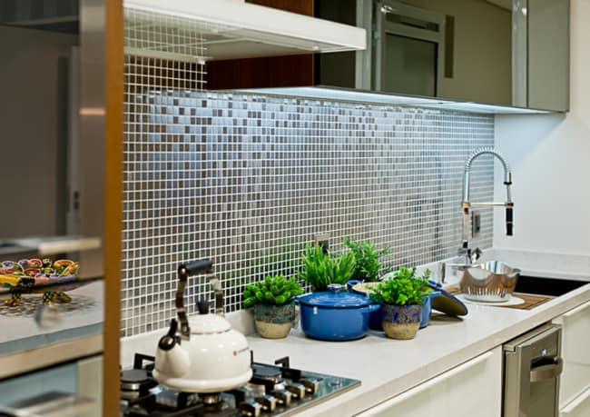 Pastilhas cerâmicas na parede da cozinha