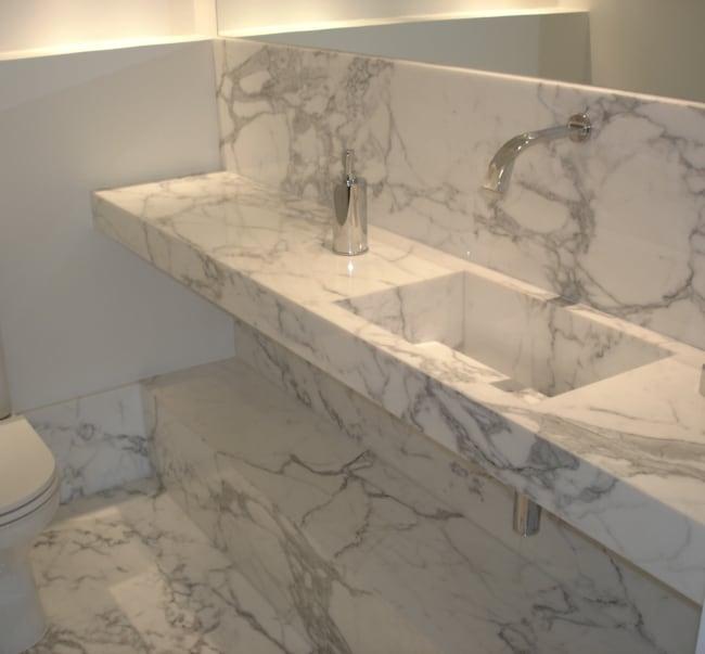 Pia elegante de mármore branco