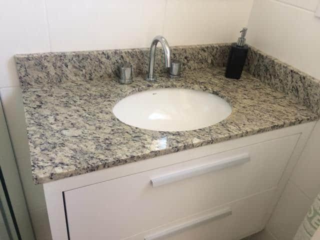 Pia simples de mármore no banheiro