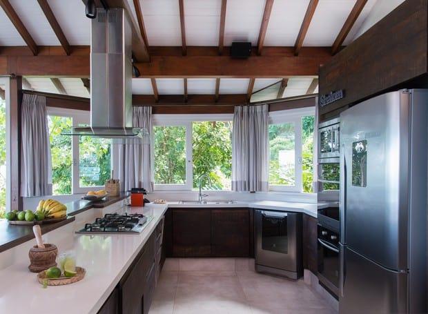 Porcelanato branco em cozinha americana