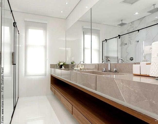 Porcelanato marmorizado na bancada do banheiro