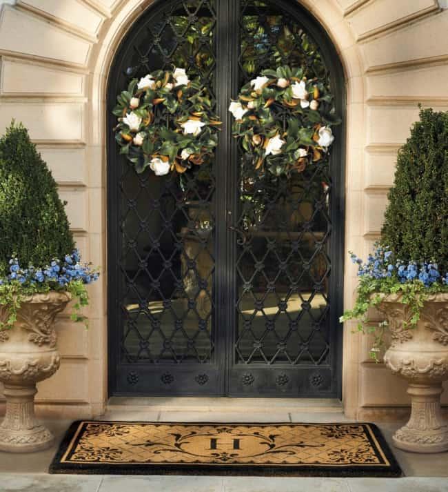 Porta de entrada principal com guirlanda