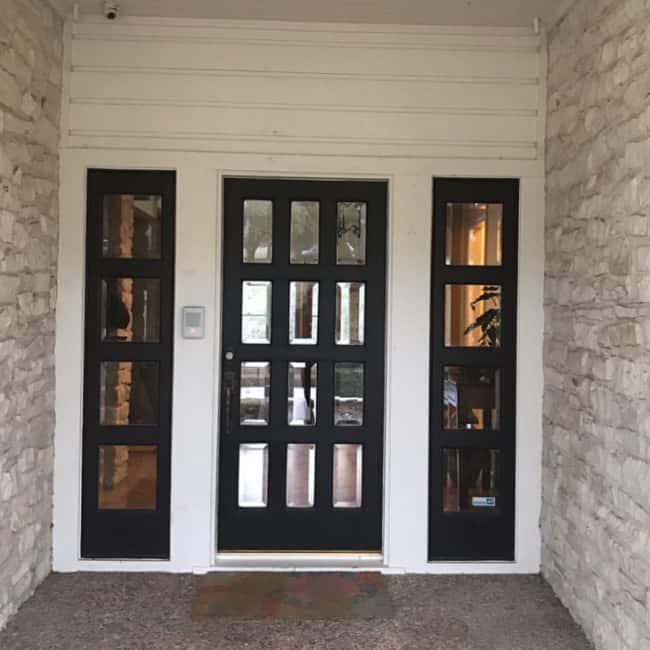 Porta de ferro com placas de vidro