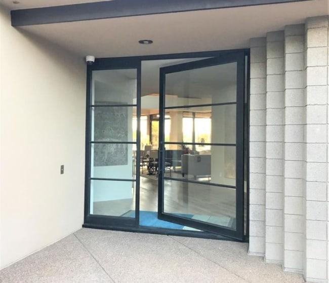 Porta de ferro com vidro para sala