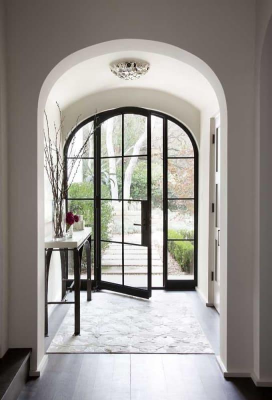 Porta de ferro e vidro no hall de entrada