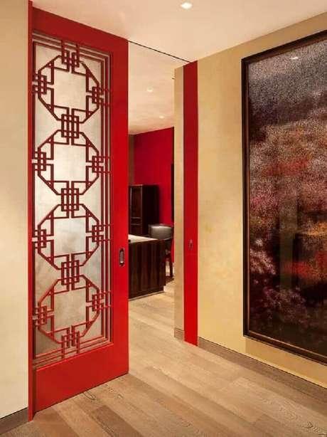 Porta vermelha para dividir cozinha da sala