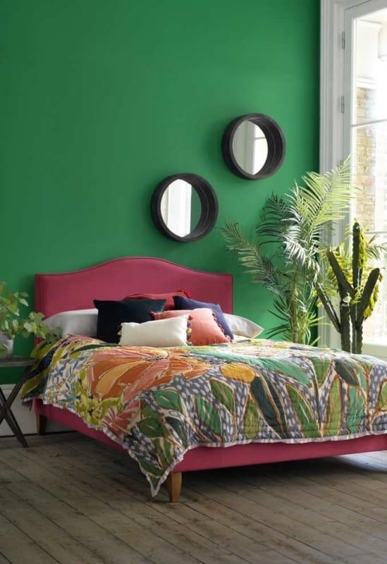 Quarto de casal com parede verde bandeira