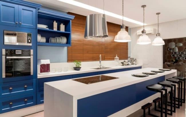 Que tal então uma cozinha azul e branca com bancada de porcelanato