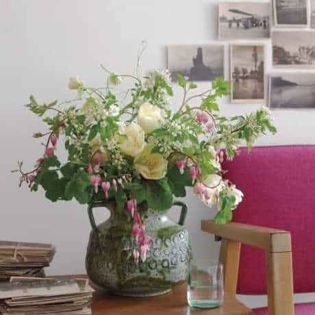 Sala clássica com flores na mesa de canto