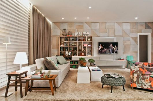 Sala com azulejos cerâmicos na parede