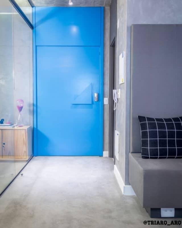 Sala com porta de ferro azul