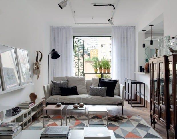 Sala com porta de ferro estilosa