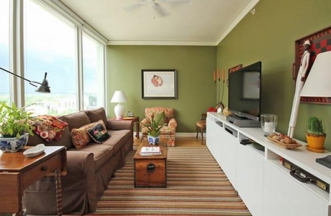 Sala comprida com paredes verdes