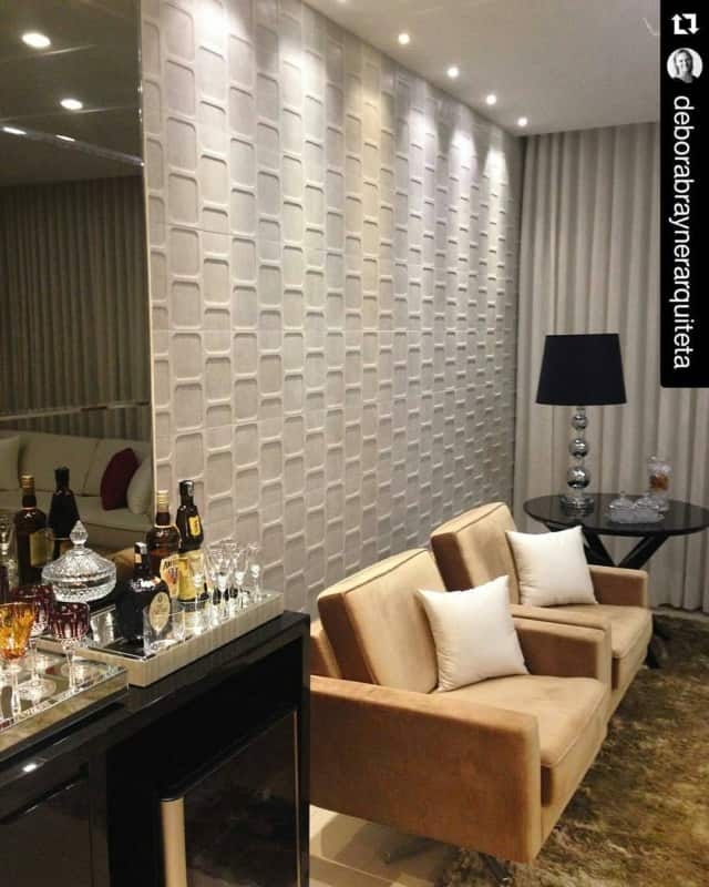 Sala de estar com cerâmica na parede