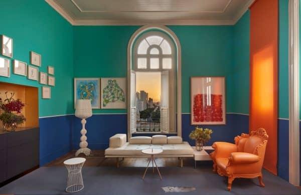 Sala que mistura verde e azul
