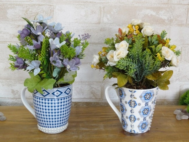 Xícaras grandes com flores do campo