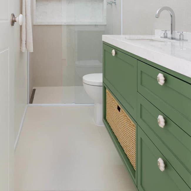 armario verde musgo no banheiro