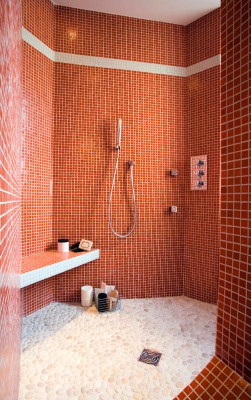 banheiro com cor terracota