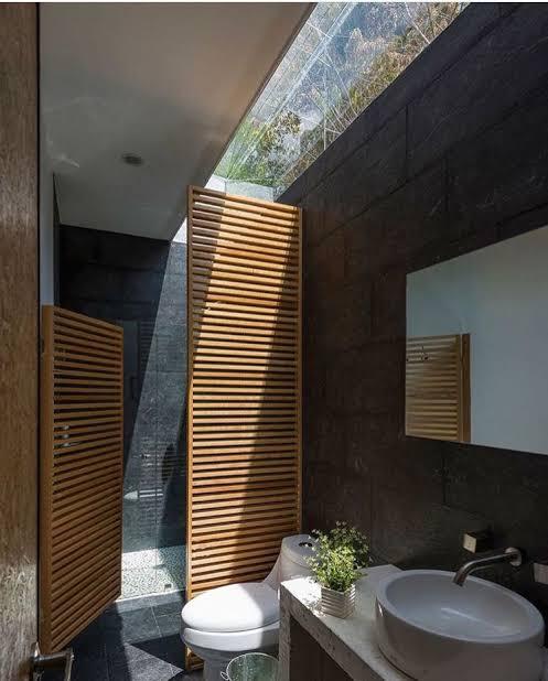 banheiro com iluminação zenital