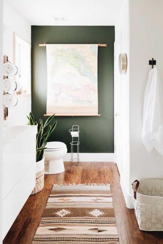 banheiro com verde musgo