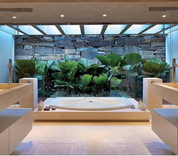 banheiro moderno com iluminação zenital