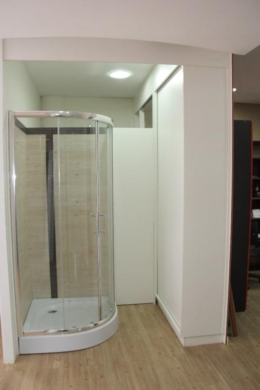 cabine de banho com detalhe em fibra